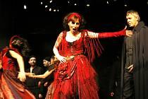 Na snímku Romana Strnadová jako Preziosilla a  Richard Haan v roli Dona Carla di Vargas.