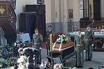 Do hlubockého kostela přicházejí první smuteční hosté, kteří se chtějí naposledy rozloučit s Kamilem Benešem, který nedávno zahynul na misi v Afghánistánu.