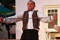 Spolek ochotníků a profesionálů z Berounska uvádí v Třeboni muzikál Postřižiny. Na snímku je herec Jiří Petříš, který ztvárňuje správce pivovaru Francina.