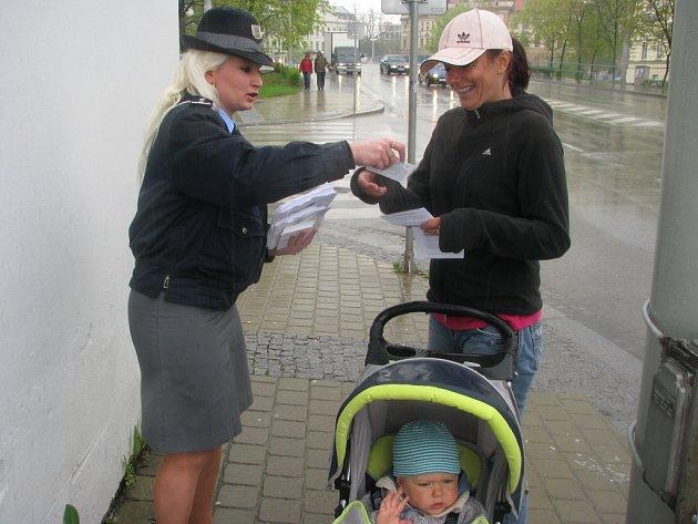 Akce se konala i minulý rok. Policejní mluvčí Regina Tupá rozdávala chodcům informační letáky, kde stojí, jak se má člověk správně chovat na přechodech.