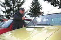 Od prvního ledna začne platit tak zvaná ekologická daň, kdy nový majitel starého auta bude muset platit tisícové částky za to, že jeho vůz nesplňuje předepsané emisní limity. Proto se lidé snaží své auto zaevidovat ještě do konce roku.