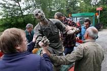 Stěhování zbylých soch do bezpečí v roce 2009. Archivní foto.