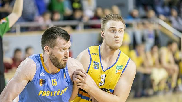 Lukáš Stegbauer (vpravo) v souboji s prostějovským Fitzpatrickem