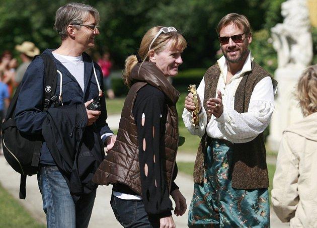 Režisér Jan Svěrák natáčel na zámku Hluboká pohádku Tři bratři. Vlevo režisér, vpravo David Matásek, který hraje krále.