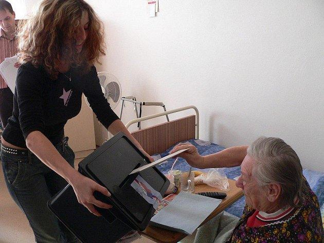 Zástupci volebních komisí tradičně při volbách míří i do domovů seniorů (ilustrační foto).