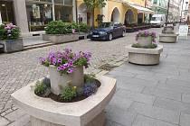 Město nově zdobí záhony a květiny.