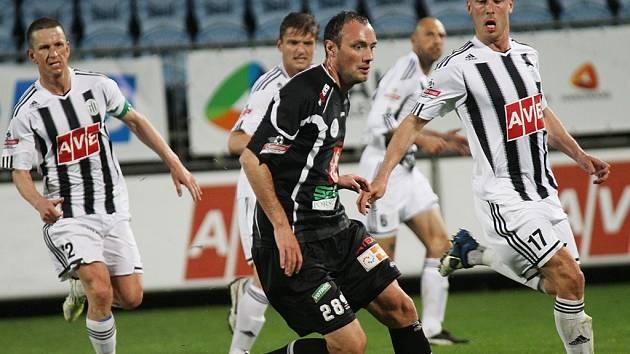 Ivo Táborský v zápase Dynama s Hradcem atakuje hostujícího Filipa Klapku.