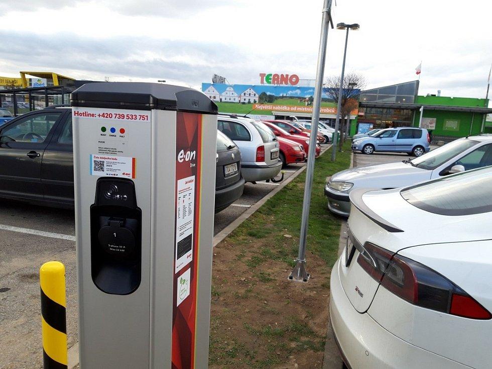 Nabíjecích stanic pro elektromobily a stanic pro vozidla na CNG přibývá v České republice i na jihu Čech (na snímku dobíjecí stanice firmy E.ON u Terna v ČB pro elektromobily).
