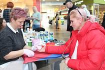 Jakou máte hladinu cukru v krvi? Odpověď získala nejen Monika Musilová (na snímku vpravo), ale i stovky dalších zájemců, kteří se zastavili u stánku zdravotníků.