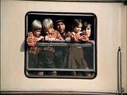 Rodinka odjíždí a celá pětice vykuje z okénka vagonu. Jedno z dětí hraje Michal Dlouhý.