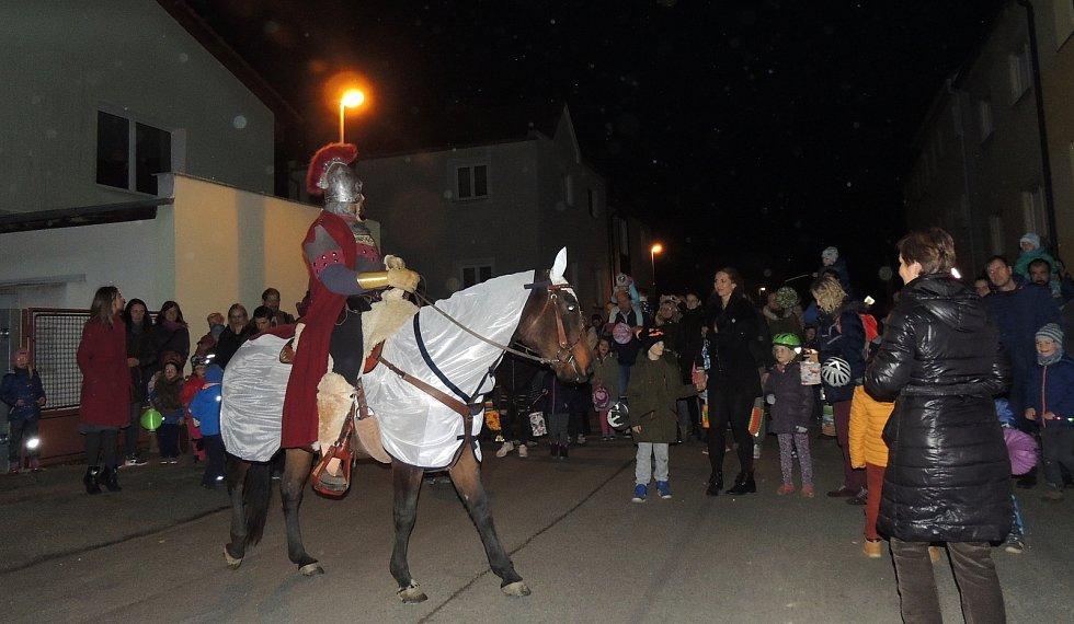 Lampionový průvod s příjezdem svatého Martina se ve čtvrtek uskutečnil v MŠ Papírenská v Českých Budějovicích.