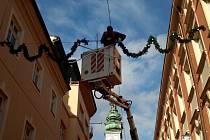 Vánoční řetězy visí v ulicích města.