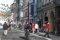 Pruhy vyhrazené pro cyklisty bohužel v Krajinské ulici příliš nefungují. Cyklisté tak často kličkují mezi chodci a občas i mezi odstavenými automobily.