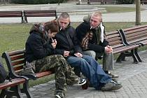Na lavičkách Na Sadech v Českých Budějovicích potvrdili odborníci přítomnost drog, zejména marihuany. Park je oblíbeným místem pro setkávání náctiletých.