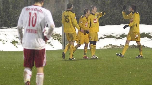 V přípravě se Dynamu zatím dařilo: na snímku ze Selcburku se budějovičtí fotbalisté radují z branky Tomáče Sedláčka.