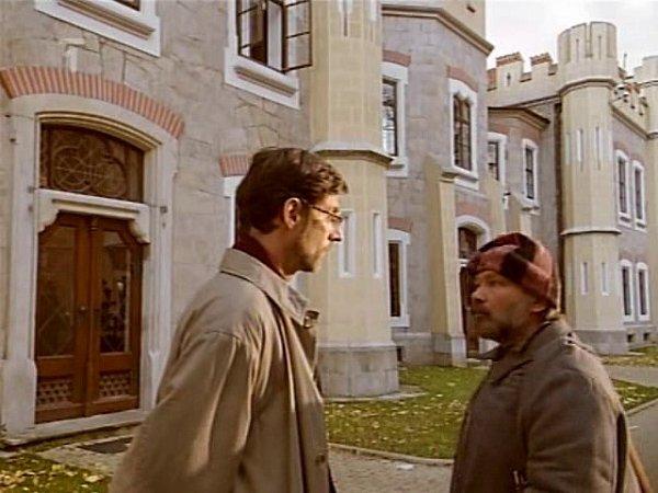Záběr ze seriálu Hotel Herbich. Sídlo si zahrál hlubocký Štekl.