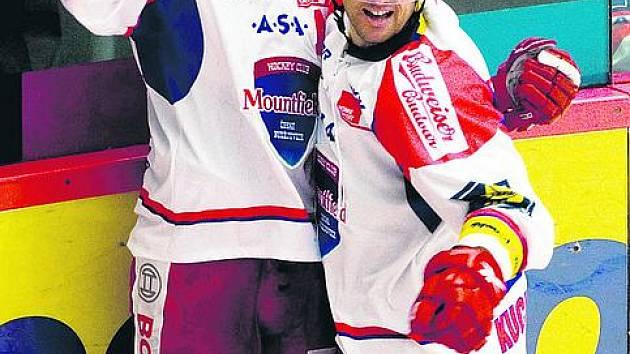 David Kuchejda (vpravo) slaví gól se svým spoluhráček Jiřím Šimánkem.