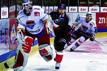 Brankář Roman Turek rozehrává před znojemským Eratem, přihlíží Vladimír Sičák. Hokejisté Mountfieldu vyhráli i ve Znojmě a nadále vedou extraligu.