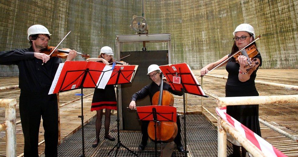 Kvarteto Jihočeské filharmonie zahrálo 20. června v chladicí věži Jaderné elektrárny Temelín. Zazněly skladby Mozarta, Debussyho a Dvořáka. Jako pódium posloužilo hradítko.