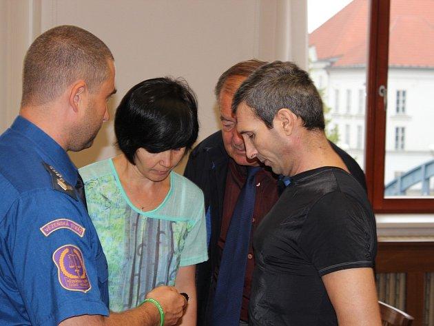 Pierre Jack Ivascu (zcela napravo) se zpovídá u soudu z pokusu o vraždu.