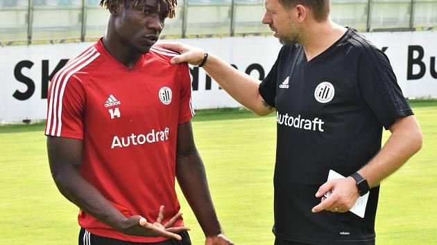 Útočník Dynama Fortune Bassey naSložišti s trenérem Davidem Horejšem.