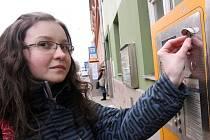 Veronika Trávníčková kupovala v automatu na českobudějovické Husově třídě jízdenku do MHD.