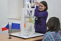 Fyzikální principy na vlastní kůži poznají děti v jedné z učeben nového experimentálního výukového pracoviště v Nových Hradech. Na snímku pomůcka, která přibližuje, jak funguje ponorka.