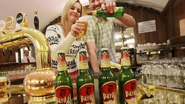 Pardálovo bezové pivo představili v českobudějovickém Budvaru. Na snímku Šárka Siebenstichová z Lišova a Roman Španiller,kteří se podíleli na vývoji tohoto piva a stali se i jeho tvářemi.