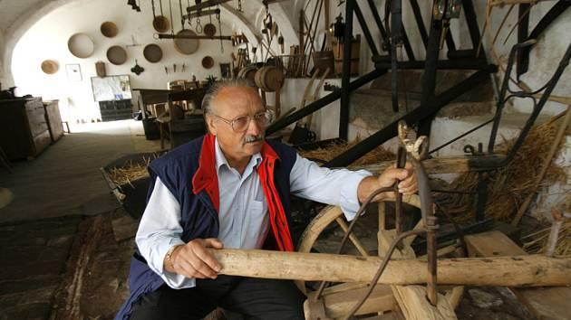 Vlastimil Hošek z Holašovic (na snímku) shromáždil ve svém zemědělském muzeu, které zřídil v bývalé stáji, 252 předmětů připomínajících tvrdou práci a život našich předků.