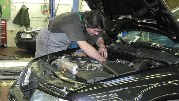 Podle Svazu na ochranu vlastníků automobilů (SOVA) by se měly prohlídky technické kontroly u automobilů výrazně zpřísnit. Pomoci v tom má on – line systém vedený přes internet.