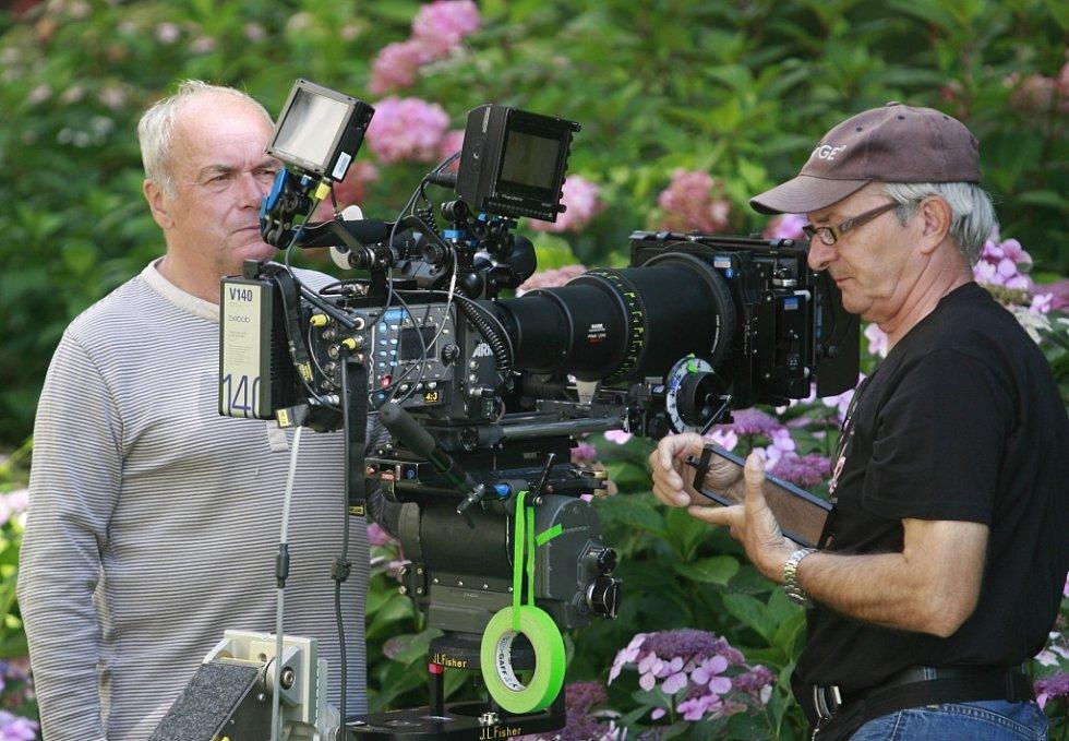 Režisér Jan Svěrák natáčel na zámku Hluboká pohádku Tři bratři. Vlevo kameraman Vladimír Smutný.