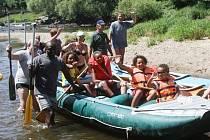 Vodáci na řece Nežárce pár kilometrů před Veselím nad Lužnicí.