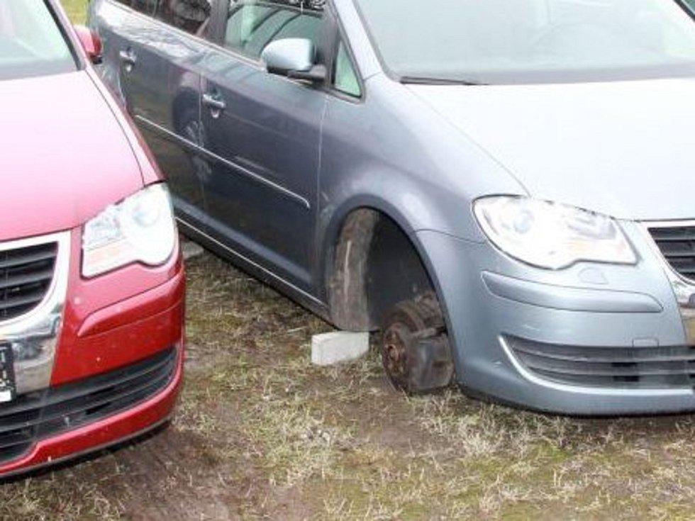 Krádež disků a pneumatik. Ilustrační foto.