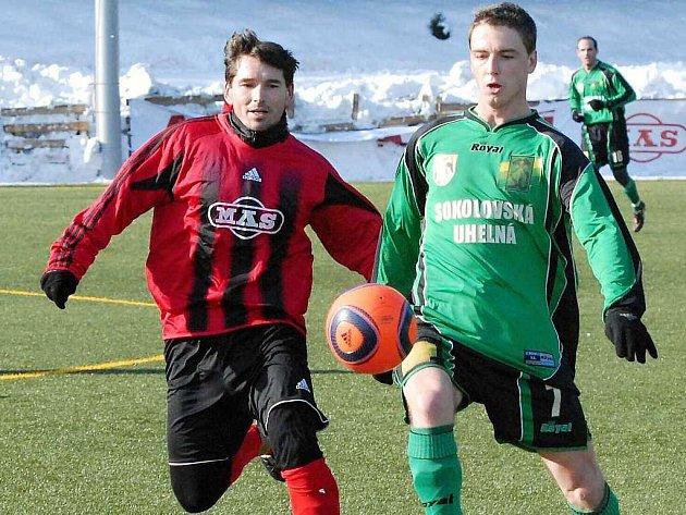 Milan Barteska, jenž svého času oblékal i dres Dynama Č. Budějovice, v přípravném zápase Sezimova Ústí a Sokolova vlevo bojuje se sokolovským Janáčkem.