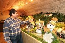 """Na Rouhův betlém do Kantůrkovce ve Velešíně míří každoročně o Vánocích tisíce lidí. Někteří se v něm poznají, jiní si připomenou už zmizelá řemesla, starý svět. """"I největší tvrďák tu změkne,"""" směje se betlémář."""