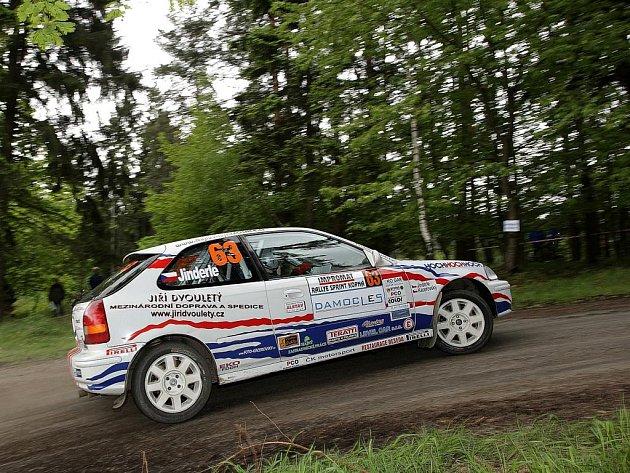 Jan Jinderle se svou Hondou Civic na trati rallyesprintu v Kopné.