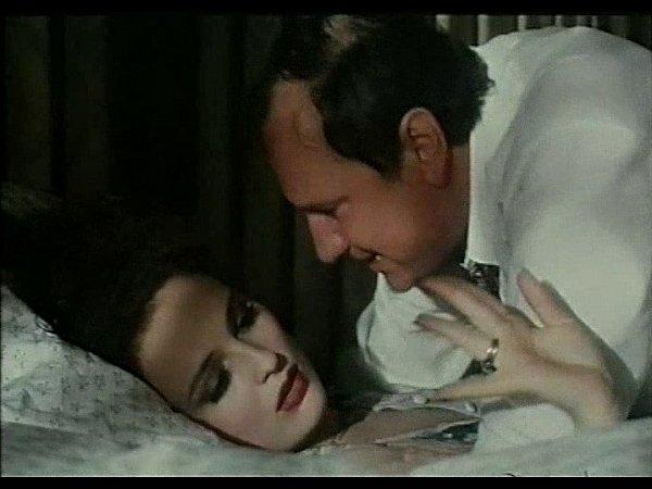 Záběr zfilmu Divoké pivo. Markéta Hrubešová a Vítězslav Jandák při lehce erotické scéně na radnici.