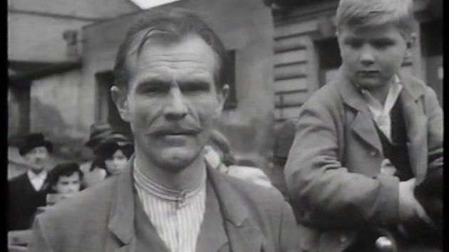 Radovan Lukavský zastavil splašené koně a má co vysvětlovat četníkovi.