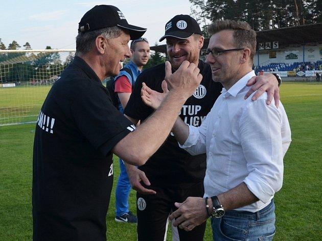 Karel Poborský po vítězném zápase s Táborskem s trenéry Urbanem a Švantnerem.