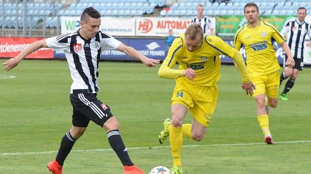 Jakub Pešek v zápase s Varnsdorfem patřil k nejlepším hráčům Dynama. na snímku ho atakuje Karel Knejzlík.
