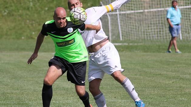 Jiří Hrbáč (u míče) a Petr Novotný při utkání krajského přeboru v Ševětíně, kde Rudolfov vyhrál 1:0.