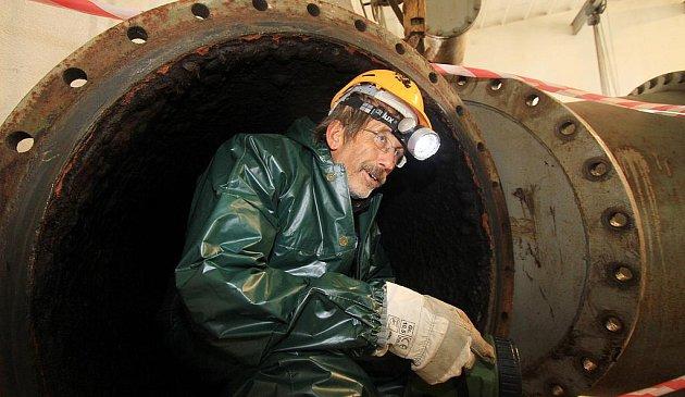 Po deseti letech prošel v úterý dopoledne technickou a bezpečnostní kontrolou kilometrový vodárenský tunel Straňany,který přivádí surovou vodu do úpravny vody v Plavu,František Rytíř výrobní náměstek Jihočeského vodárenského svazu.