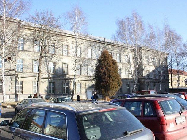 Pohled na kasárna v Žižkově třídě ze dvora, na němž by mohly parkovat desítky aut.