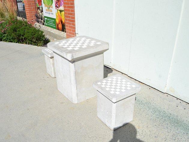 Jedním z prvků, který má oživit táborské náměstí TGM u zemědělské školy, se stal šachový stolek.