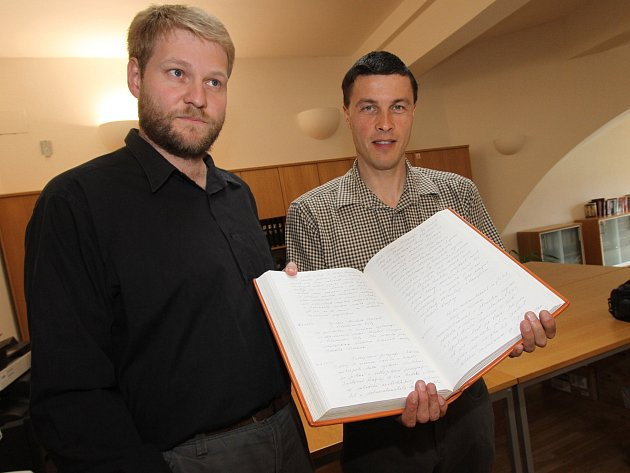 Kronikář města Kamil Dřevikovský (vpravo) a ředitel Státního okresního archivu.