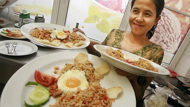 Kadak Puspita Dewi je vedoucí kuchyně v hotelu na ostrově Bali. Dva měsíce však nyní stráví v jižních Čechách, chce tu lépe poznat český národ i propagovat indonéskou kuchyni.