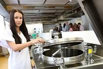 Relativně malý prostor, ale koncepční řešení nové kuchyně umožní týmu nemocniční kuchyně připravovat až dvě tisícovky jídel.