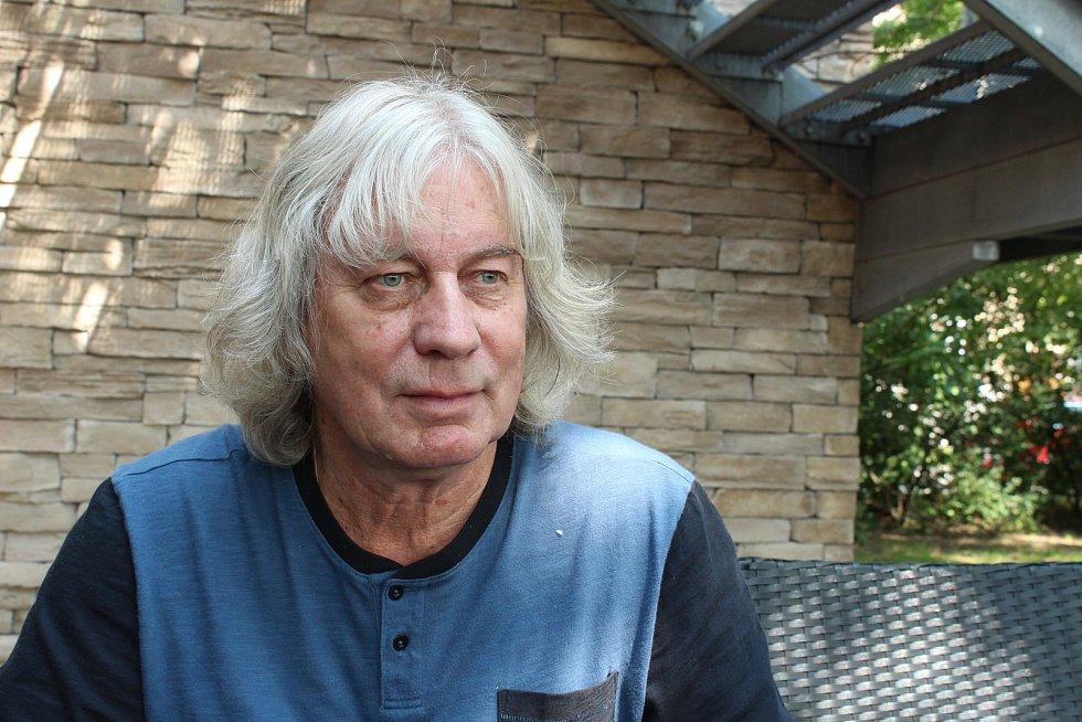 Pavel Lohonka, lépe známý jako muzikant Žalman, se ve vodách hudebního průmyslu pohybuje už přes padesát let.