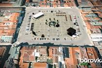 Sto let zpárky se bude slavit 24. a 25. srpna hlavně na náměstí. Na čtyřech místech v centru budou 25. srpna vyprávět babičky budějovické pověsti.Vizualizace: Borovka Event