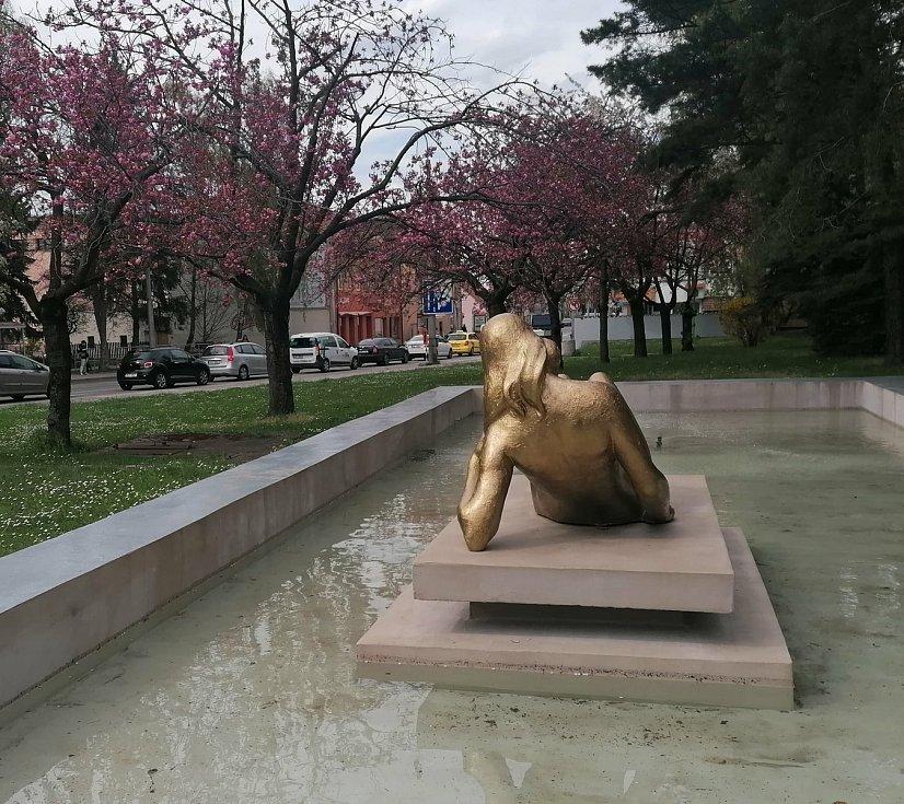 Zrestaurovaná socha ležící ženy personifikující řeku Malši, jejímž autorem byl v roce 1965 František Mrázek, je opět na svém místě v kašně na Lidické.